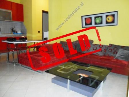 Apartament 1+1 per shitje prane rruges se Kavajes ne Tirane.  Ndodhet ne katin e 6-te te nje palla