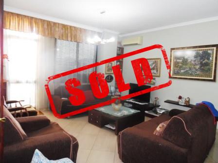 Apartament per shitje ne rrugen Frederik Shiroka ne Tirane.  Apartamenti ndodhet ne katin e tete t