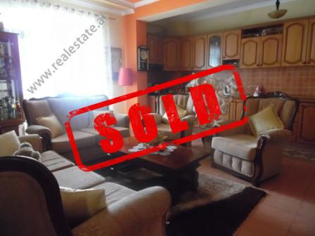 Apartament per shitje ne rrugen 5-Maj ne Tirane.  Apartamenti ndodhet ne katin e shtate te nje pal