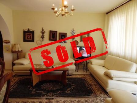 Apartament 3+1 per shitje ne rrugen Ramazan Demneri ne Tirane.  Apartamenti ndodhet ne katin e tre