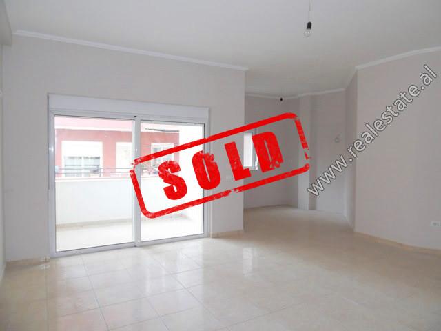 Apartament per shitje ne rrugen Bilal Sina ne Tirane.  Ndodhet ne katin e 2-te te nje pallati te r