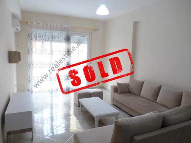 Apartament 2+1 per shitje te Liqeni i Thate, ne rrugen e Ullishtes ne Tirane.  Ndodhet ne katin e