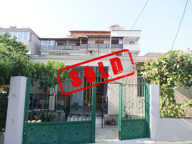 Vile 1-kateshe per shitje ne rrugen Halil Aga ne Tirane.  Shtepia ka nje siperfaqe trualli prej 40