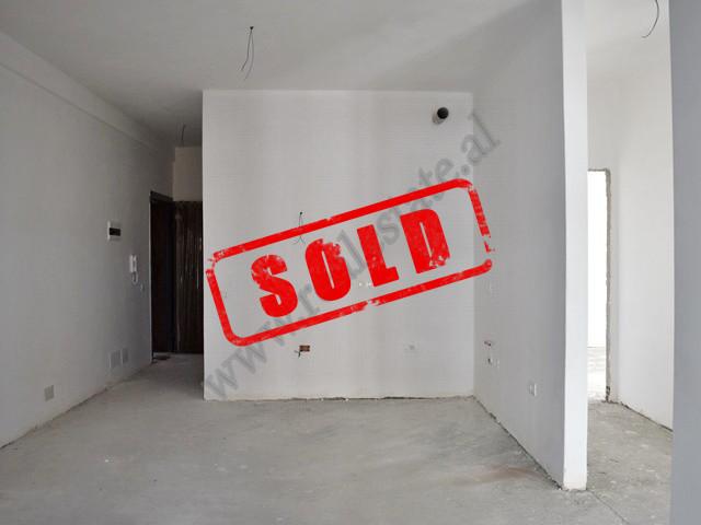 Apartament 2+1 per shitje prane shkolles Dhora Leka ne Tirane. Pozicionohet ne katin e katert banim