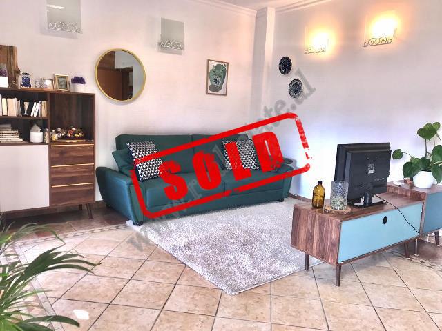 Apartament 2+1 ne shitje ne Rrugen e Durresit , mbrapa Shpresa-Al. Shtepia ndodhet ne katin e peste