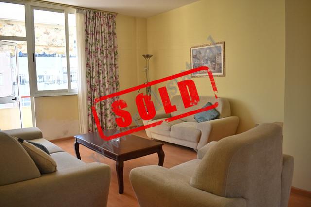 Apartament 3+1 per shitje prane gjimnazit te Gjuheve te Huaja ne Tirane. Apartamenti ndodhet ne kat